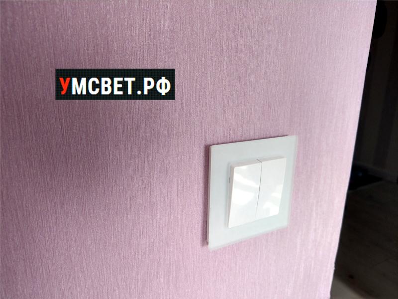 Белая рамка на фиолетовой стене